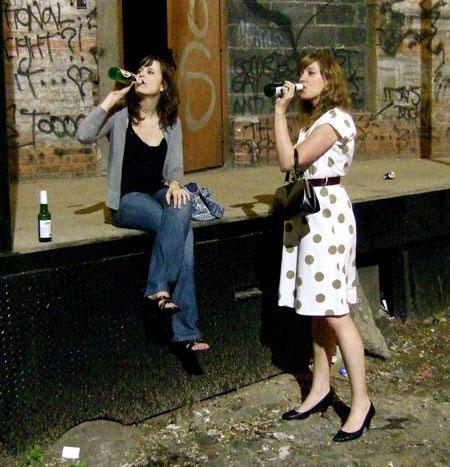 пиво с девушками на улице
