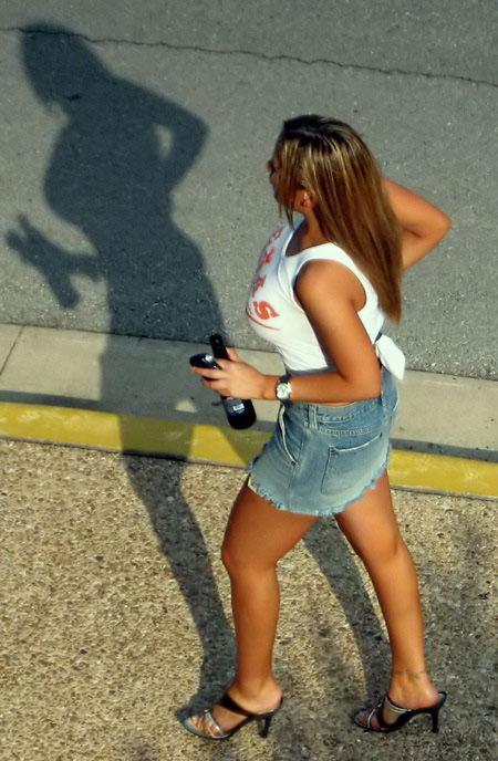 сиськастая девушка с пивом