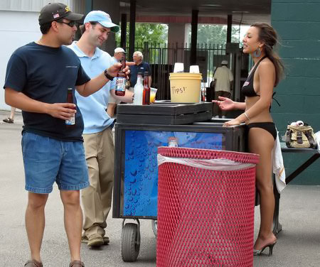 девушка в купальнике разивает пиво
