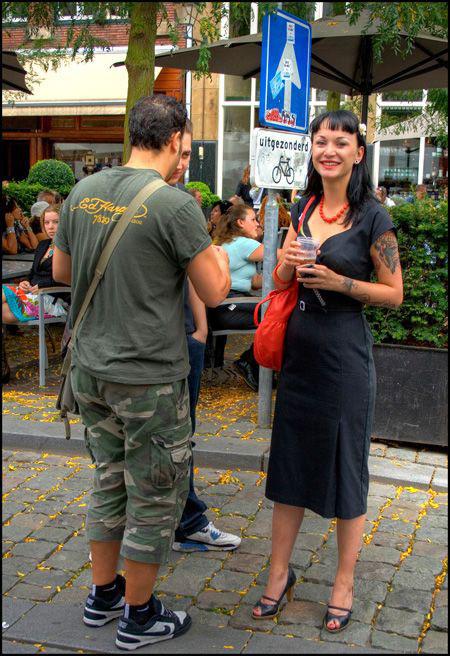 женщина с татуировкой и пивом