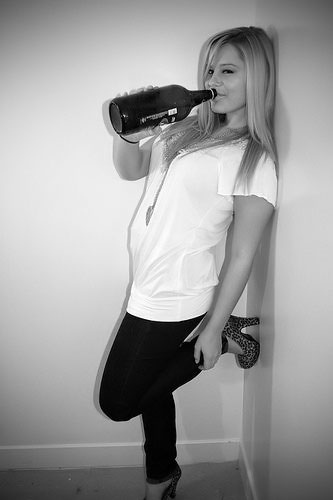 чб фото девушки с пивом