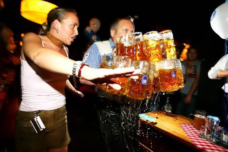 красивая девушка несет много пива